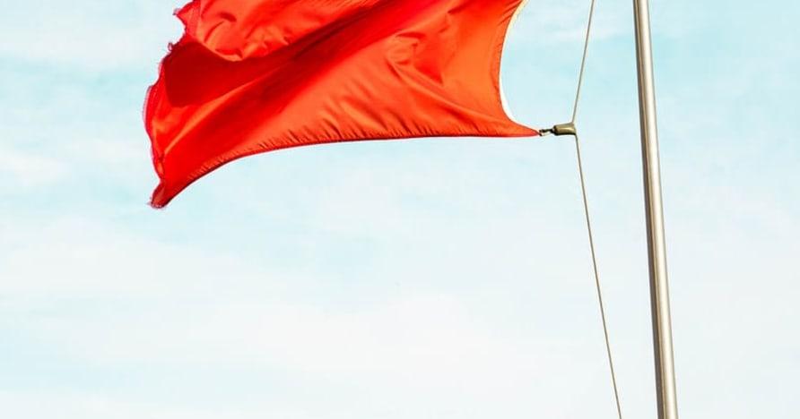 Suured punased lipud, mis viitavad online -kasiinopettustele
